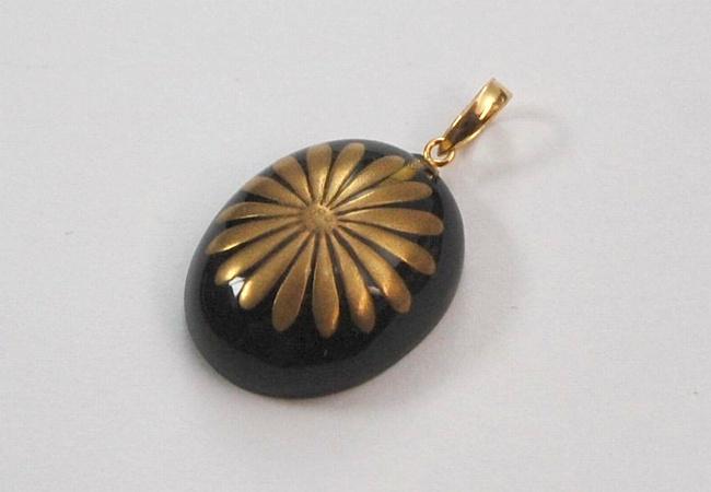"""Photo1: Pendant """"Chrysanthemum pattern(Kiku)"""" Maki-e Jewelry Amber Japanese (1)"""